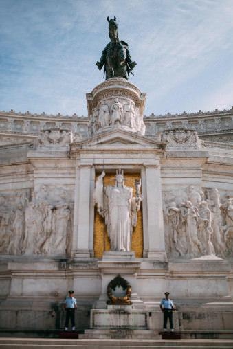 Statue mit zwei Wachmännern.