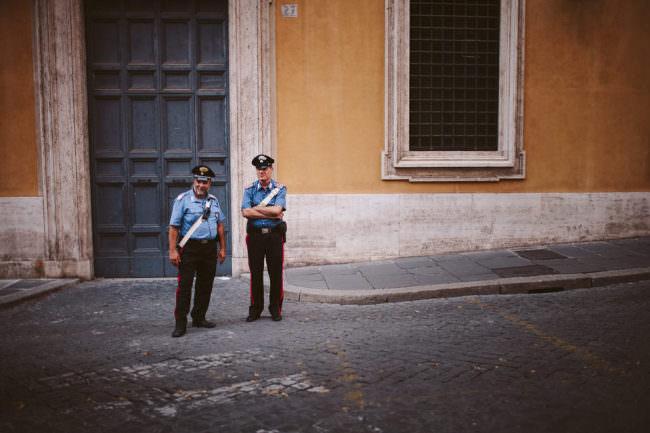 Zwei Polzeibeamte auf der Straße.