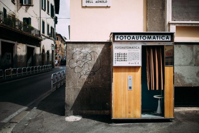 Fotoautomat an einer Straße