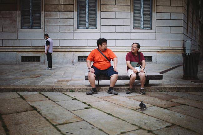 Zwei Männer auf einer Bank.