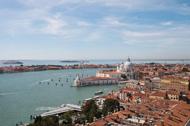 Hafen und Häuser von oben.