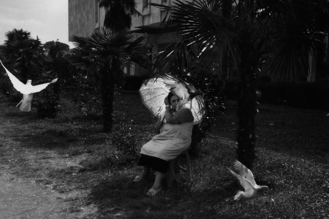 Eine Frau mit einem leuchtenden Schirm.