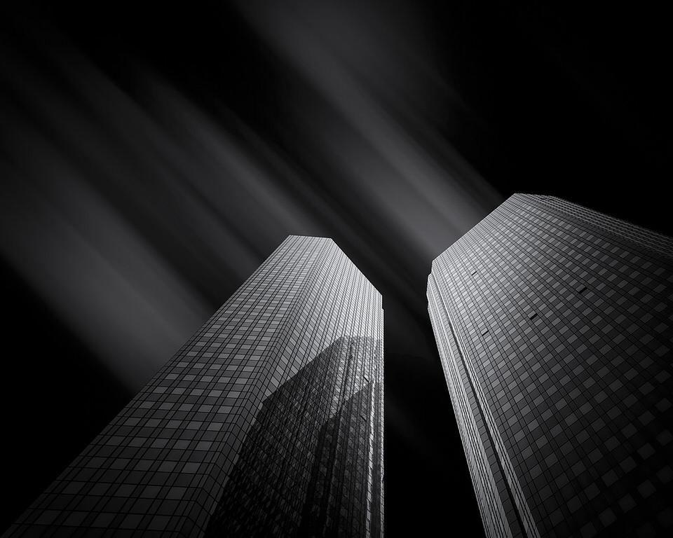 Zwei Hochhäuser in einer Langzeitbelichtung