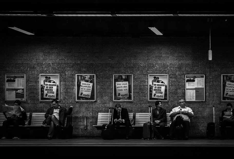 Männer im Anzug an der U-Bahnstation