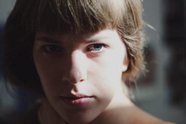 Junge Frau vom Sonnenlicht angestrahlt.