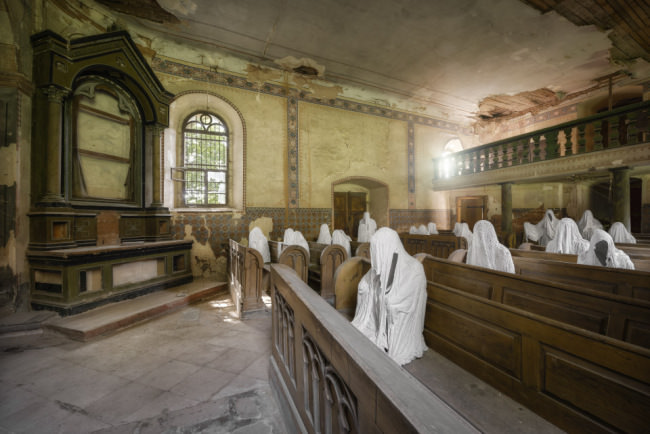 Kircheninneres. Geister auf der Kirchbank mit einfallenden Licht,