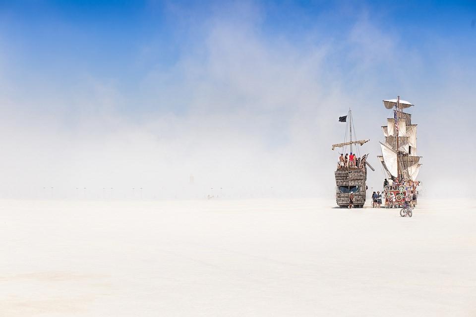 Zwei Segelschiffe in der Wüste.