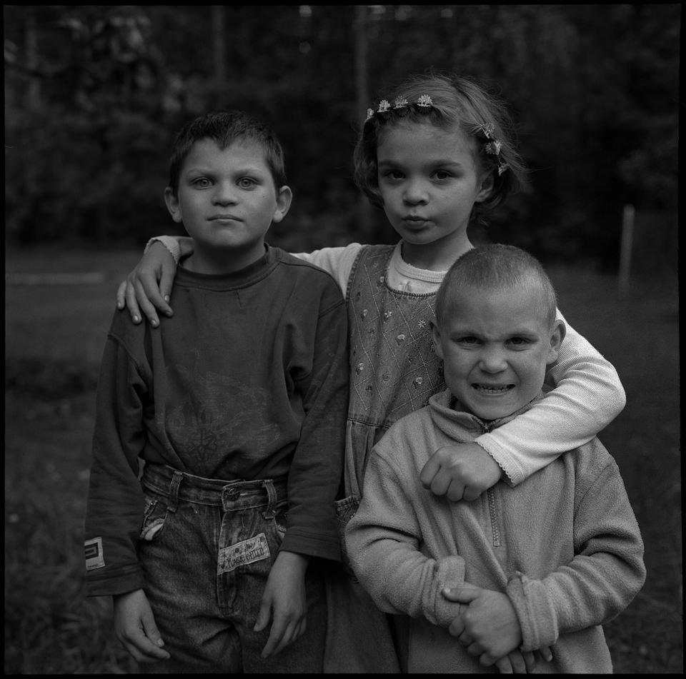 Drei Kinder blicken in die kamera