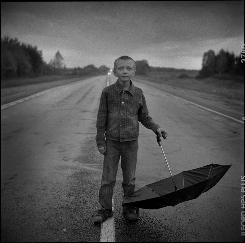 Ein Junge mit Regenschirm