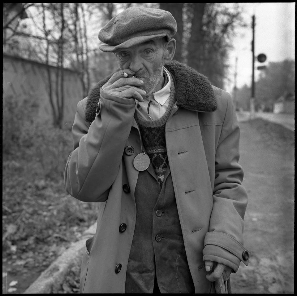 Ein alter Mann raucht