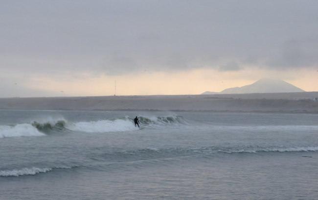Ein Surfer auf dem Meer