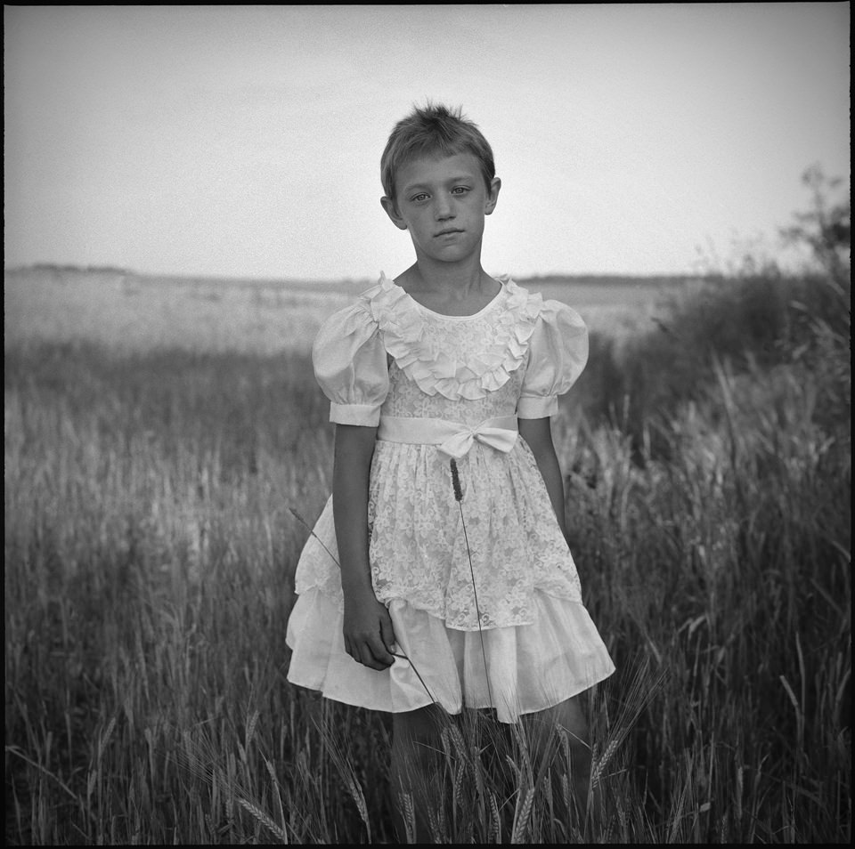 Ein Mädchen in einem weißen Kleid