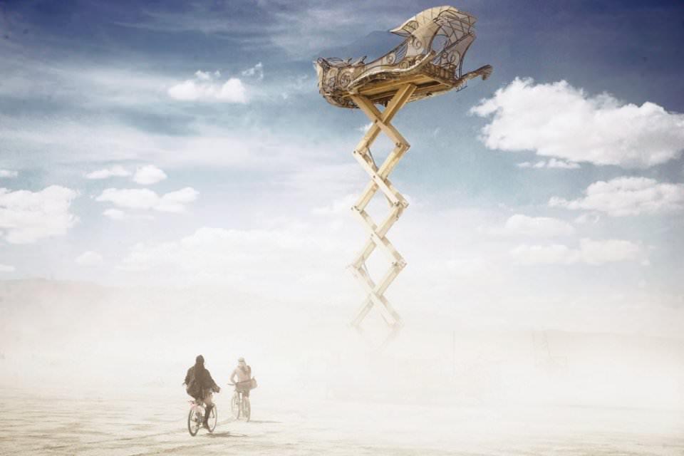 Ein Boot auf Stelzen in der Wüste. Zwei Fahrräder davor.
