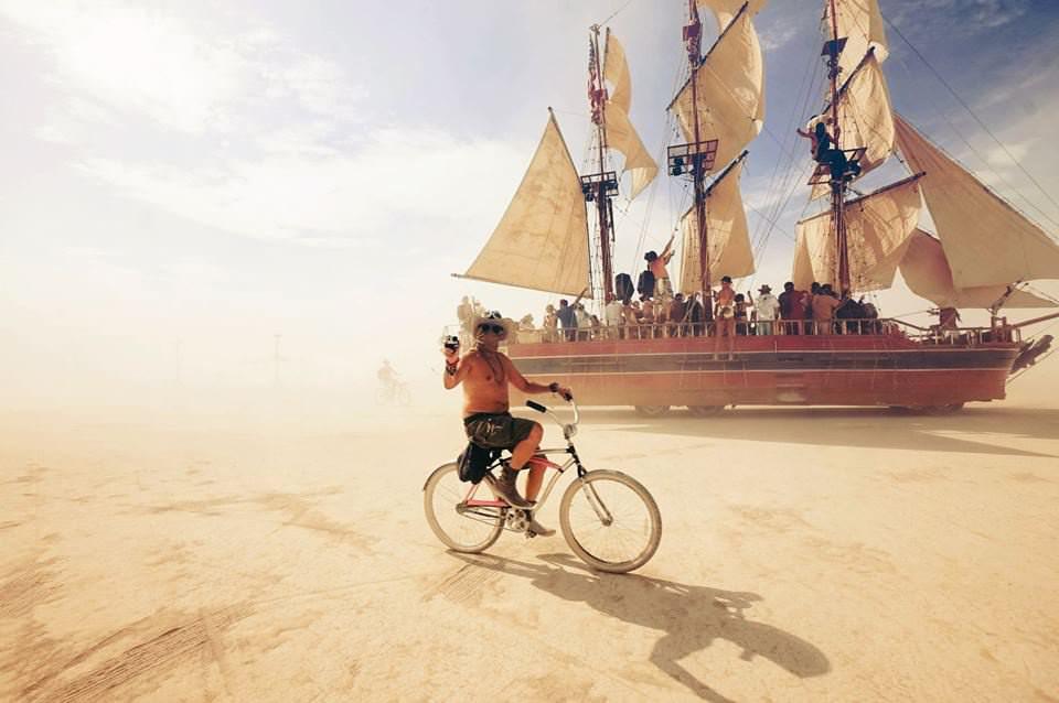 Ein Schiff in der Wüste mit Fahrrad.