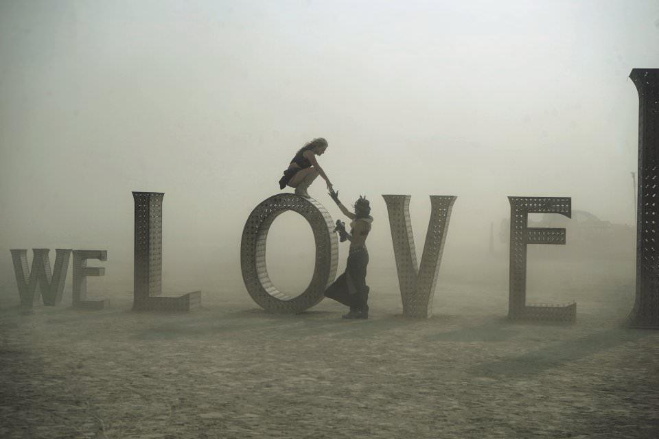 Große Buchstaben, die das Wort LOVE bilden.