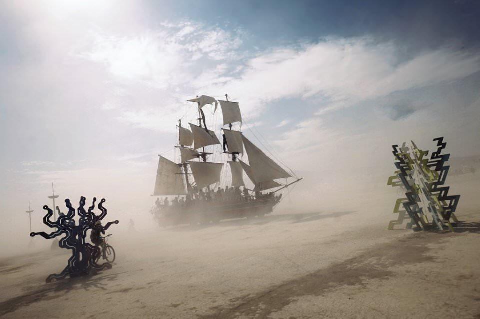 Ein Schiff in der Wüste.
