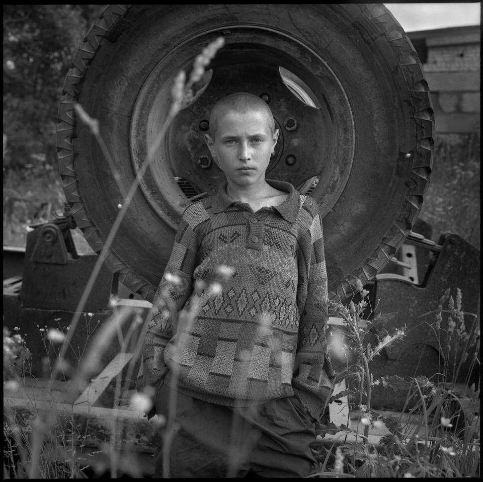 Ein Junge vor einem Reifen