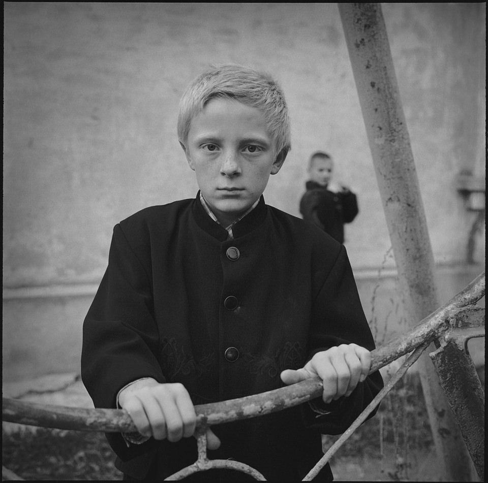Ein Junge steht an einem Geländer