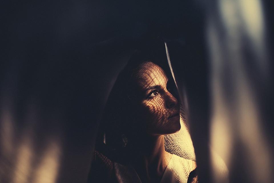 Eine Frau in einem Tunnel aus Stoff.