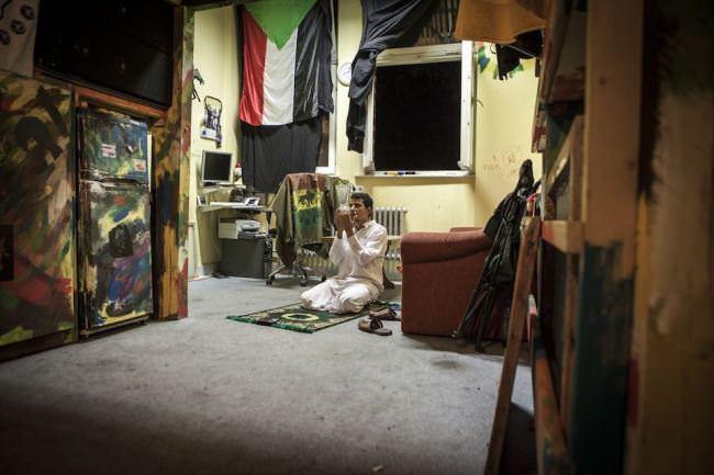 Jemand betet in einem Raum.