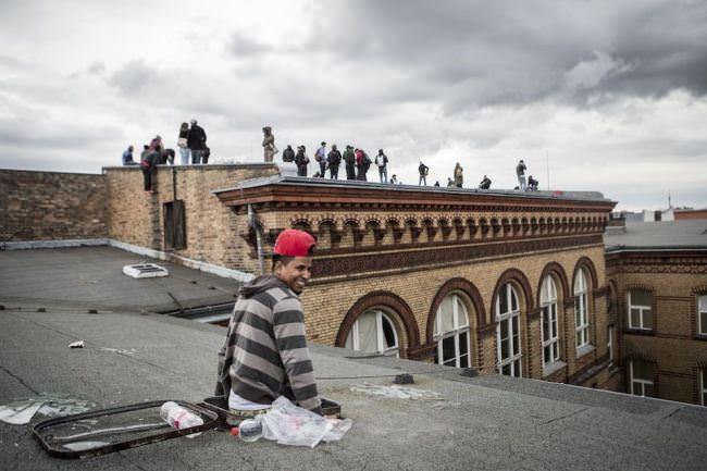 Auf dem Dach der Schule stehen Menschen.
