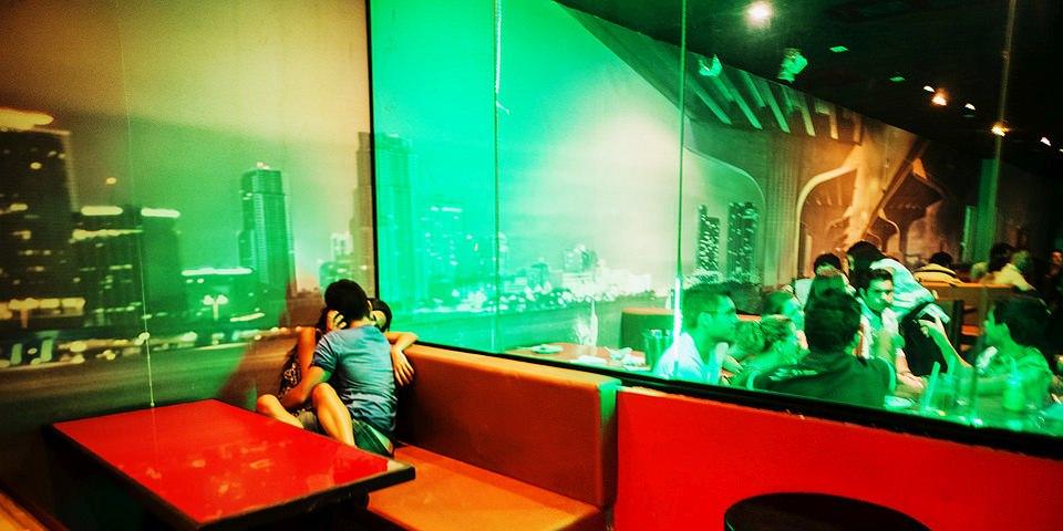 Ein Paar knutscht in der Ecke eines Diners.