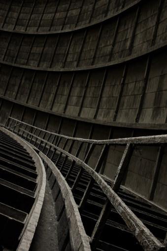 Ein Geländer zwischen grauem Beton.