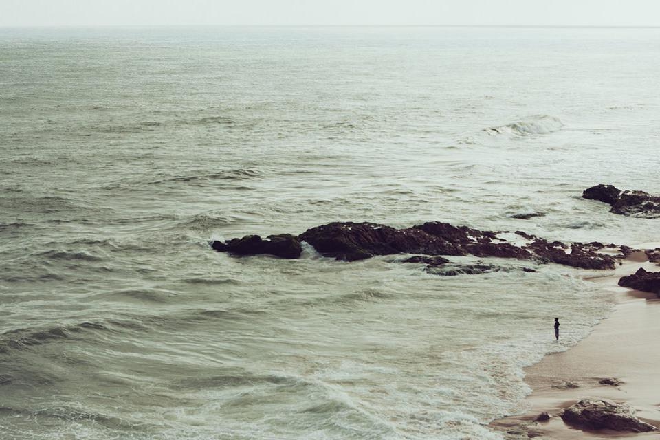 Eine Person steht am Meer