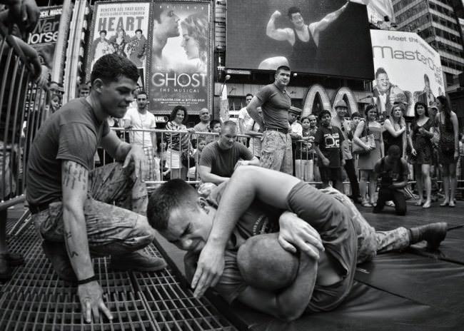 Kämpfende Männer mit Publikum.