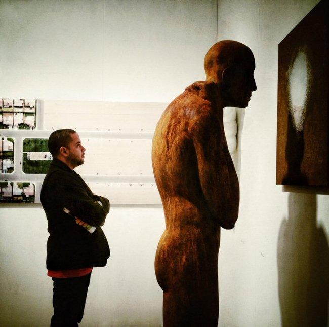 Situationskomik einer Kunstausstellung.