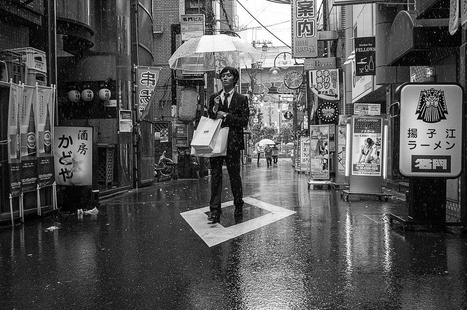 Ein Mann steht auf einem Straßenzeichen.
