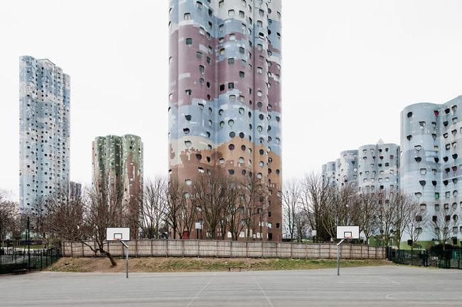 Bunte Wohntürme in einer französischen Wohnsiedlung.