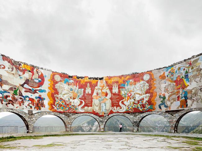 Ein Gedenkbauwerk mit eigentümlicher Bauform in Georgien.