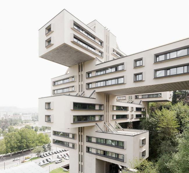 Ein Verwaltungsgebäude mit ungewöhnlicher Bauform in Georgien.
