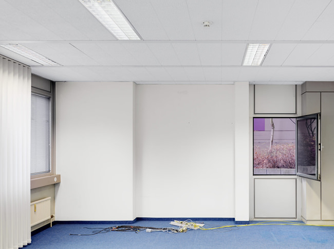 Raum in einem verlassenen Bürogebäude.