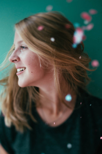 Lachende Frau mit Konfetti