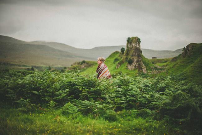 Eine Frau sitzt in der Landschaft