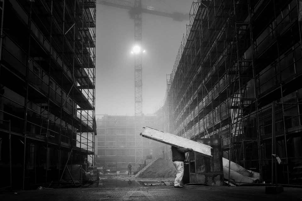 Arbeiter auf einer Baustelle im Nebel