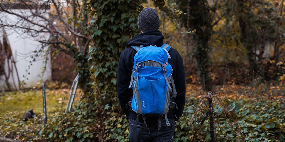 Eine Person trägt einen Rucksack
