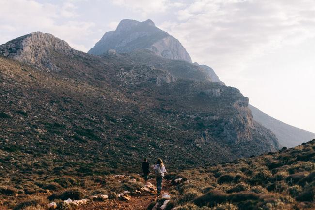 Zwei Personen wandern zwischen Bergen