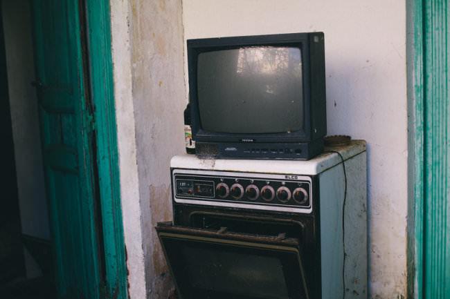 Ein Fernseher auf einem Herd