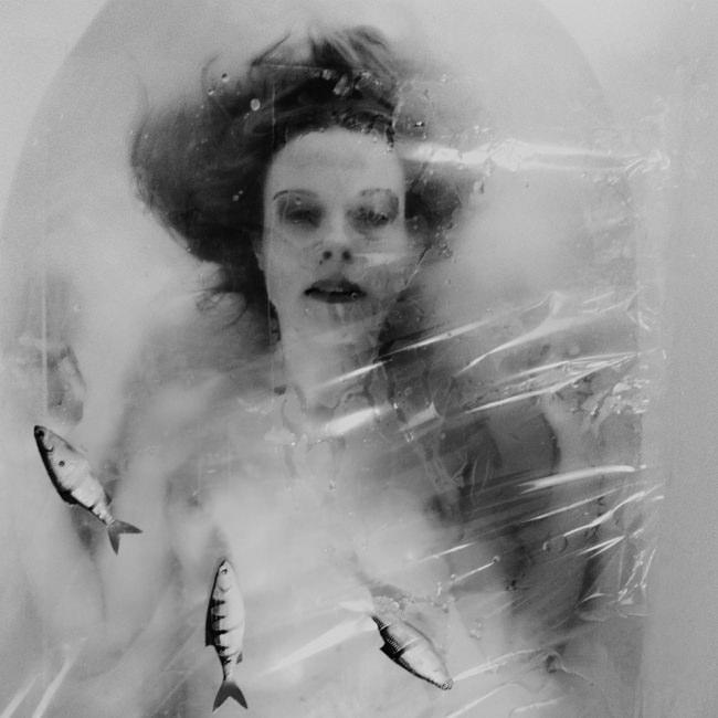 Frau schwarzweiß in Badewanne mit Fischen