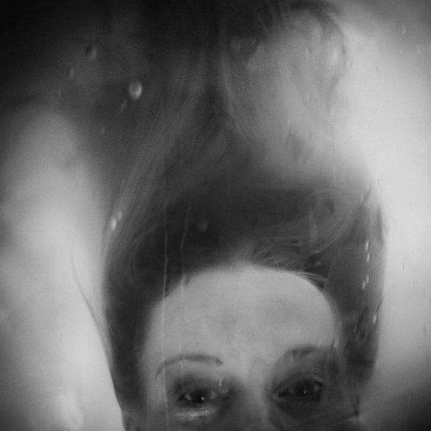 Schwarzweißportrait einer erschrockenen Frau