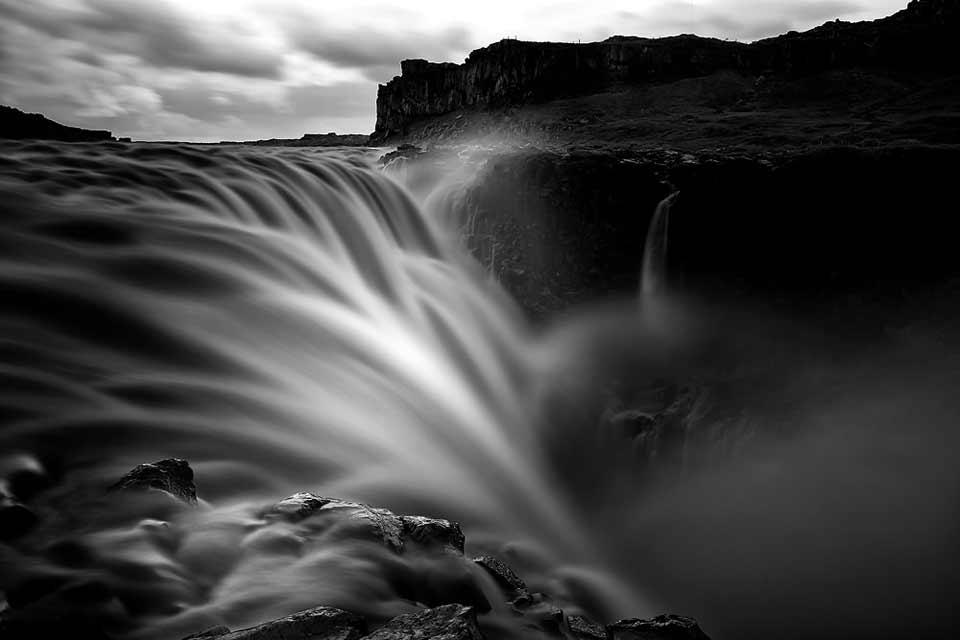 Ein Wasserfall in Schwarzweiß