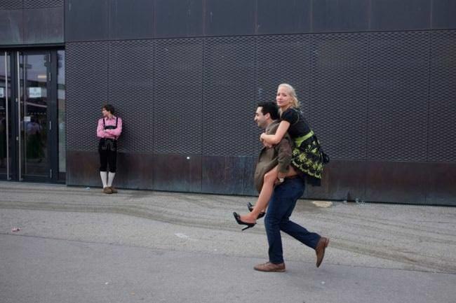 Ein Mann trägt eine Frau auf dem Rücken.