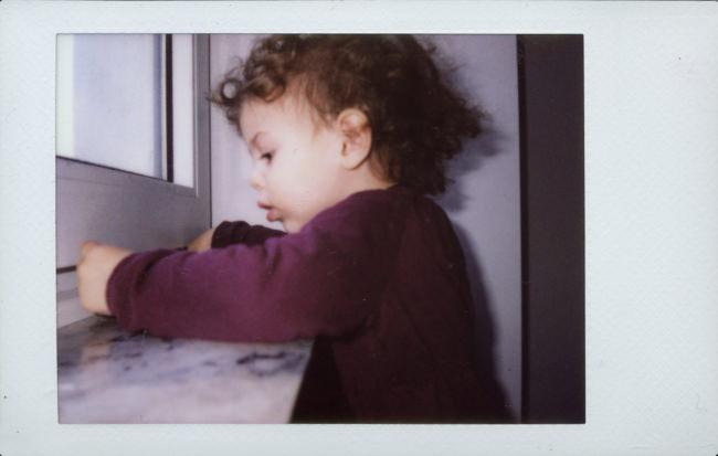 Ein Kind am Fenster.