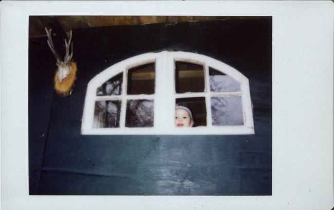 Ein Kind sieht aus einem Fenster