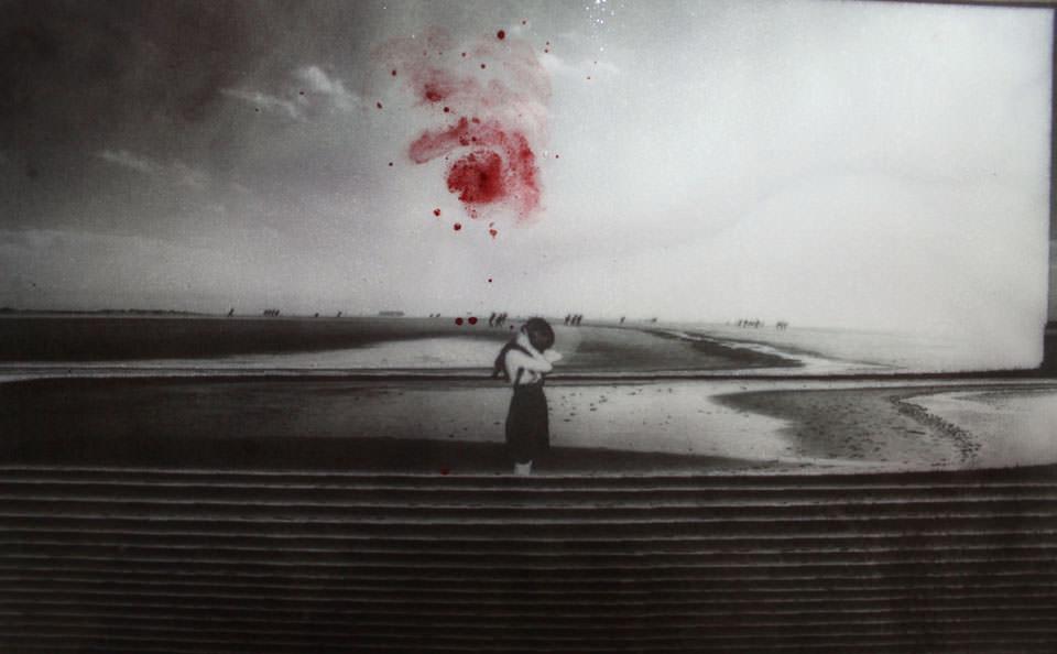 Eine Frau, eine Landschaft, ein roter Fleck.