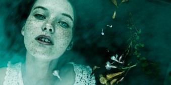 Ophelia mit Sommersprossen im Wasser