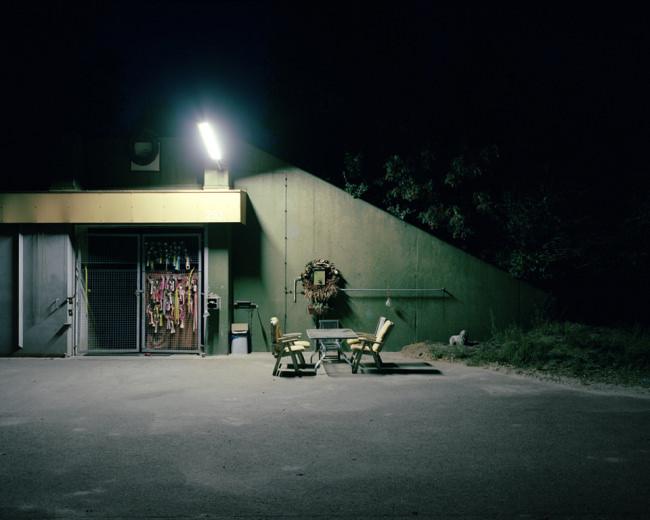 Stühle und Tische im Dunkeln